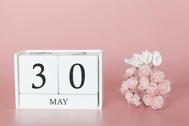 30 maggio. giorno 30 del mese. cubo del calendario sul rosa moderno Foto Premium