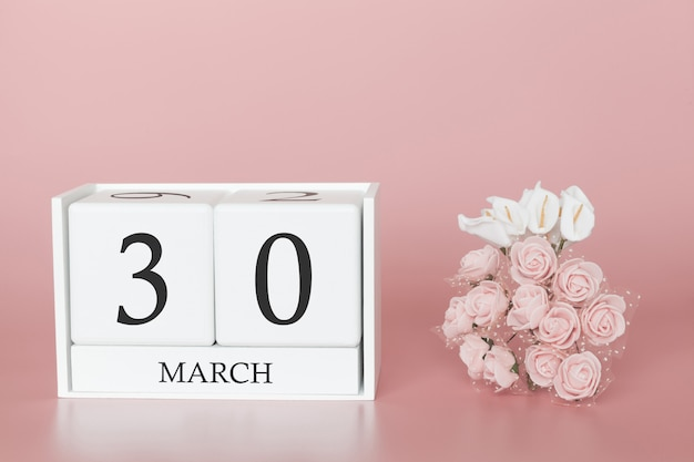30 marzo. giorno 30 del mese. cubo del calendario sul rosa moderno Foto Premium