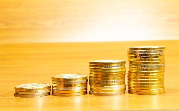4 file di monete disposte in ordine crescente Foto Gratuite