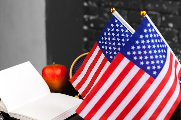 4 luglio festa dell'indipendenza americana usa bandiere decorazioni in scrivania con il computer Foto Premium