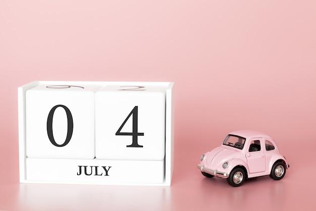 4 luglio, giorno 4 del mese, cubo calendario su sfondo rosa moderno con auto Foto Premium