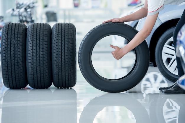 4 nuove gomme che cambiano le gomme nel centro servizi di riparazione auto Foto Premium