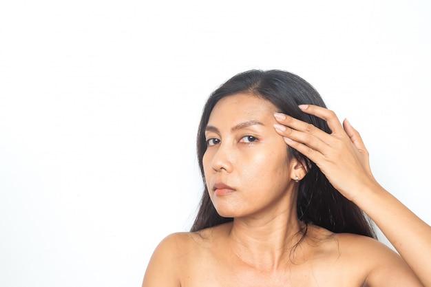 40-49 anni la donna asiatica ha problemi sul viso. bellezza e salute chirurgia Foto Premium