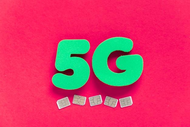 5g su sfondo semplice con carte sim Foto Gratuite