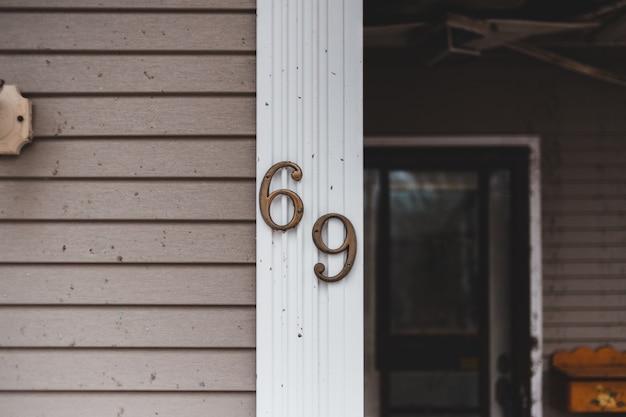 69 sulla fotografia ravvicinata della parete Foto Gratuite