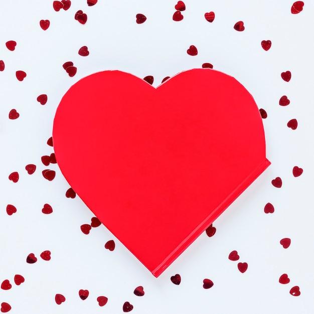 A forma di cuore con coriandoli per san valentino Foto Gratuite