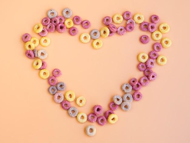 A forma di cuore realizzato con anelli di frutta Foto Gratuite