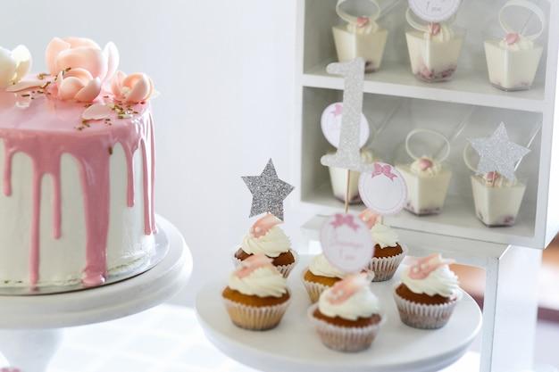Abbastanza poco cupcakes con crema bianca servita sul piatto bianco Foto Gratuite