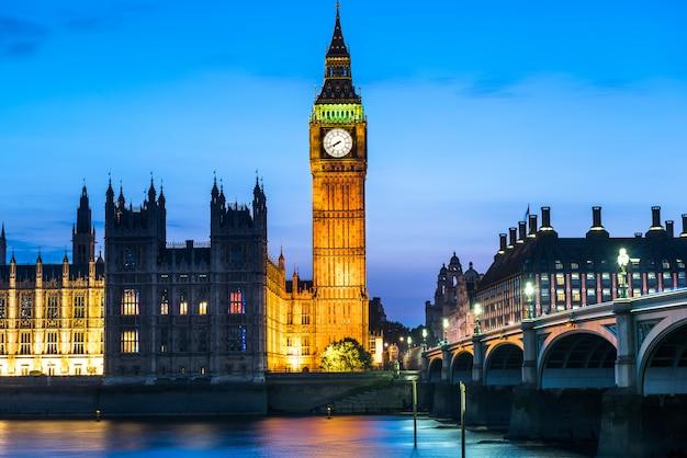 Abbazia di westminster e big ben di notte, londra, regno unito Foto Premium