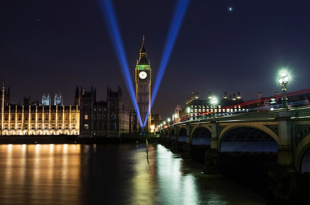 Abbazia di westminster e il big ben sul tamigi a londra con la riflessione sul fiume di notte. memoriale della seconda guerra mondiale Foto Premium