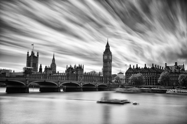 Abbazia di westminster e il big ben sul tamigi a londra in bianco e nero Foto Premium