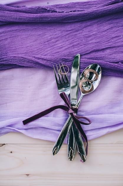 Abbellimento del posto di tavola di nozze di pois porpora grazioso sulla tavola bianca di shabby elegante con l'etichetta di just married Foto Premium