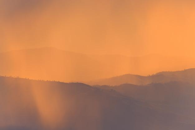 Abbellisca la montagna e la luce calda e piovosa in natura, doi inthanon, chiangmai tailandia Foto Premium