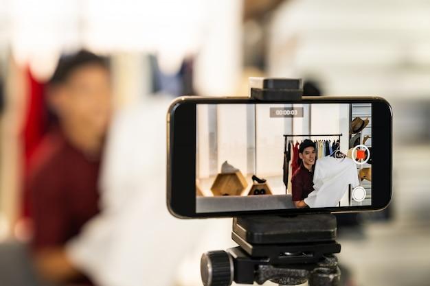 Abbigliamento casual per la recensione dal vivo di vlogger Foto Premium