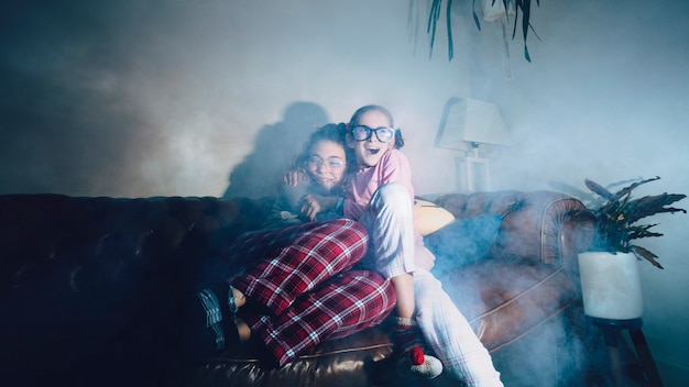 Abbracciare adolescenti che guardano film spettrali Foto Gratuite