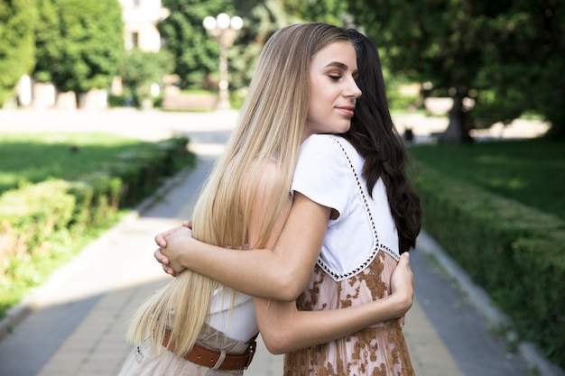 Abbracciare amici a tiro medio Foto Gratuite