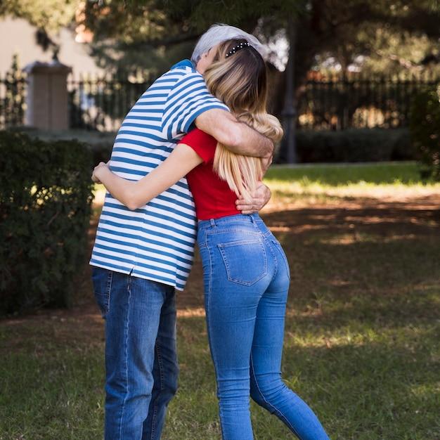 Abbracciare padre e figlia Foto Gratuite