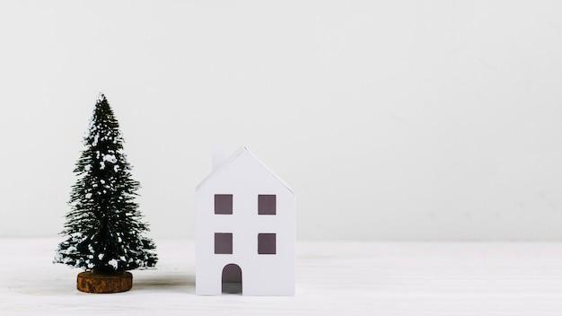 Abete e casa in miniatura Foto Gratuite