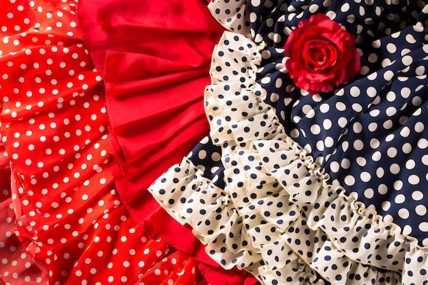 Abiti da flamenco in rosso blu con macchia e rosa rossa Foto Premium