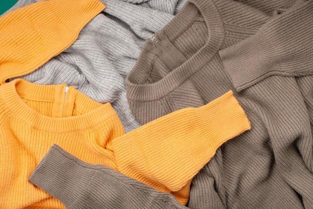 Abiti invernali comodi, shopping, vendita, stile nell'idea di colori alla moda Foto Premium