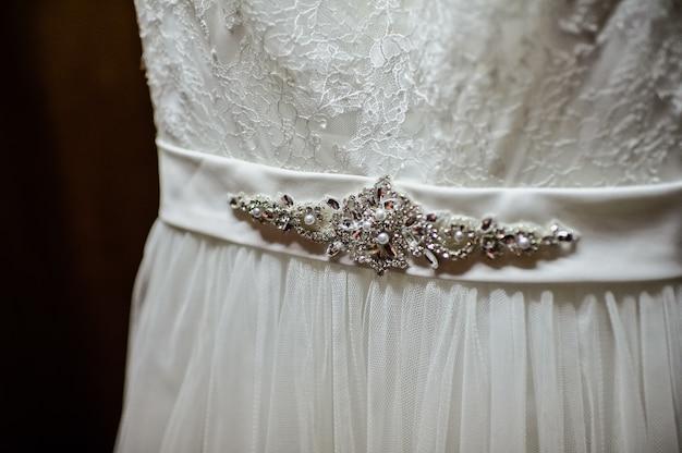 Abito da sposa bianco appeso in un armadio in legno Foto Premium