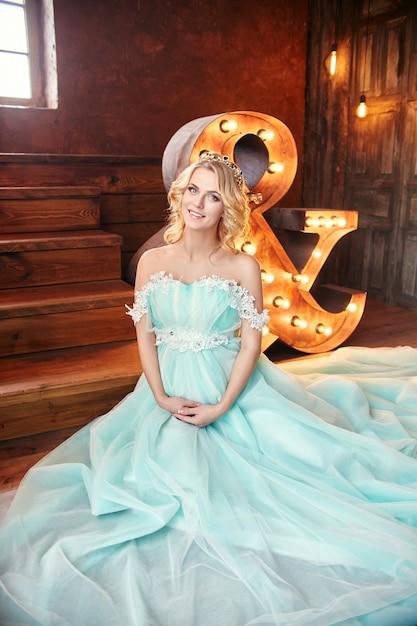 Abito da sposa donna incinta bionda moda di lusso Foto Premium