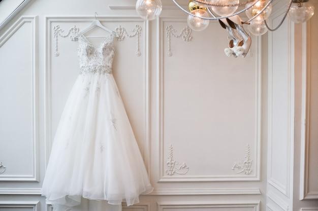Abito da sposa in pizzo di lusso negli interni classici dell'hotel Foto Premium