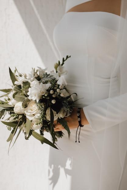 Fiori Bianchi Per Bouquet Da Sposa.Abito Da Sposa Minimalista Per La Sposa E Bellissimo Bouquet Da
