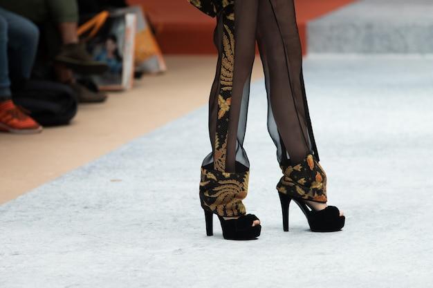 Abito di moda modello cammina indietro scuro runway fashion Foto Premium