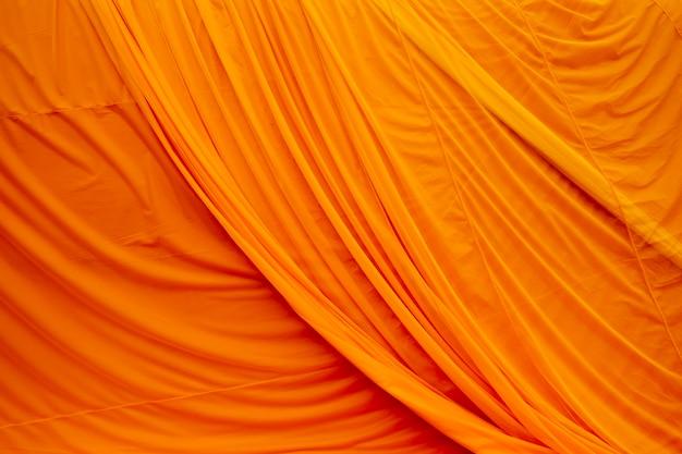 Abito in tessuto di monaco giallo Foto Gratuite