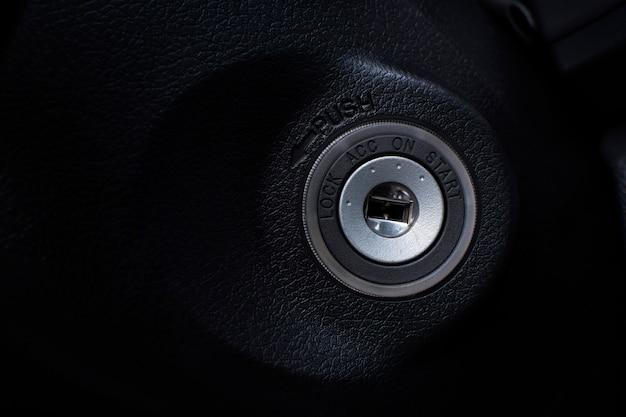 Accensione del buco della serratura dell'automobile per avviare il motore di un'automobile. Foto Premium