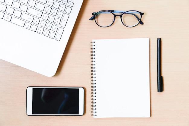 Accessori business sul desktop: notebook, diario, penna stilografica, smartphone, occhiali. Foto Premium