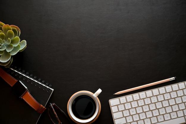 Accessori business sul piano in pelle scuro e lo spazio della copia Foto Premium