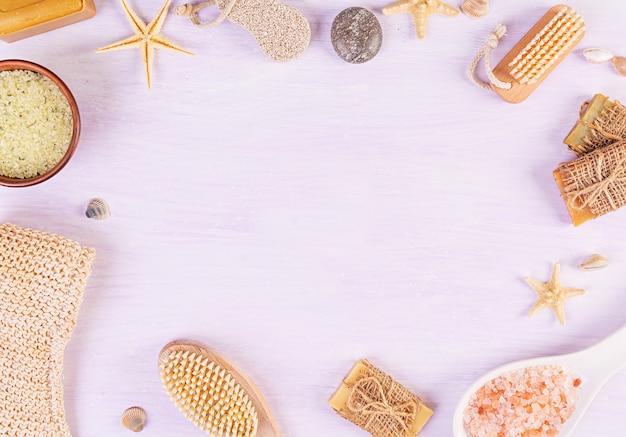 Accessori da bagno. spa e prodotti di bellezza. concetto di cosmetici termali naturali e trattamenti biologici per la cura del corpo. vista dall'alto Foto Premium