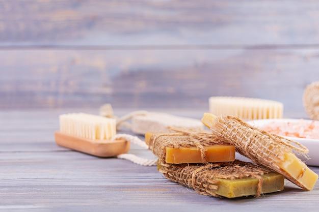 Accessori da bagno. spa e prodotti di bellezza. concetto di cosmetici termali naturali e trattamenti biologici per la cura del corpo. Foto Premium