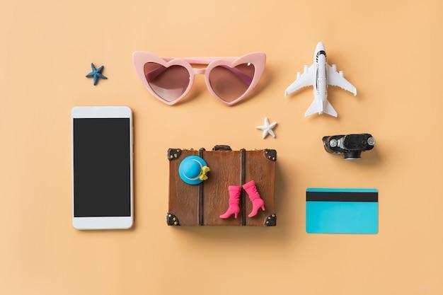 Accessori da viaggio in miniatura e articoli con lo schermo vuoto smart phone e lo spazio della copia Foto Premium