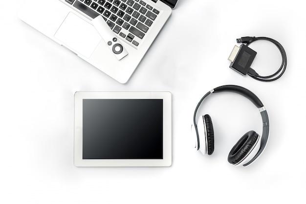 Accessori e computer portatile maschii moderni su superficie bianca Foto Gratuite