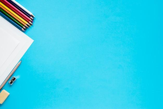 Accessori grafici su sfondo blu Foto Gratuite
