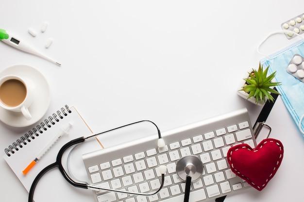 Accessori medici su uno sfondo bianco con copia spazio intorno ai prodotti Foto Gratuite