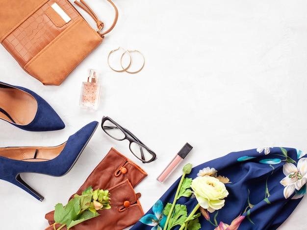 Accessori moda e scarpe con tacchi blu per ragazze e donne. tendenze della moda urbana Foto Premium