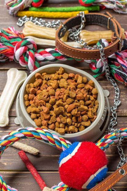 Accessori per animali domestici, cibo, giocattoli. vista dall'alto Foto Premium