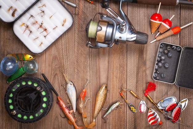 Accessori per la pesca su fondo di legno con copyspace. Foto Premium
