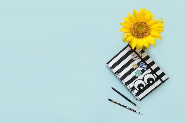 Accessori per la scuola a strisce bianco e nero notebook, penna, pencile e girasole Foto Premium