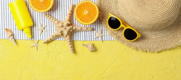 Accessori per vacanze estive su sfondo colorato, spazio per il testo e vista dall'alto. buone vacanze Foto Premium