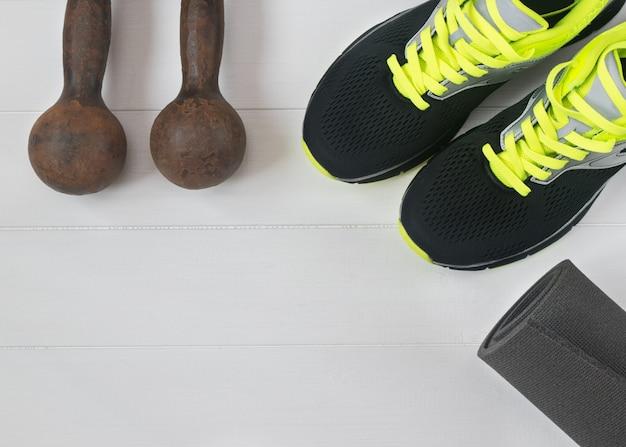 Accessori sportivi per il fitness sul pavimento in legno. Foto Premium