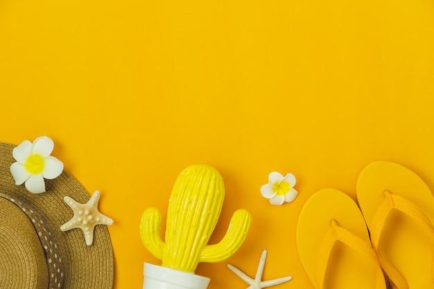 Accessorio di vista del piano d'appoggio delle donne dell'abbigliamento intendono viaggiare nelle vacanze estive. Foto Premium