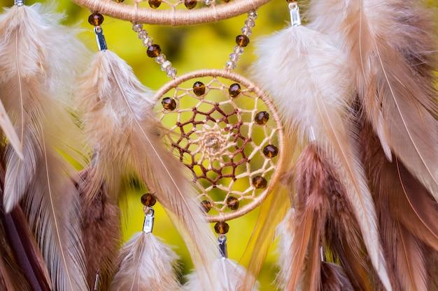 Acchiappasogni fatto a mano con fili di piume e perline pendenti Foto Premium