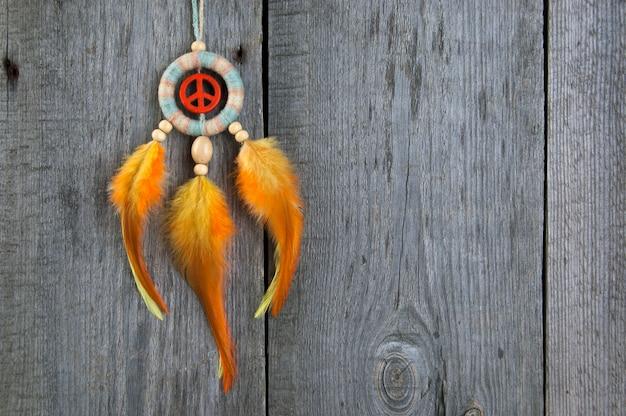 Acchiappasogni luminoso con un segno di pace arancione Foto Premium