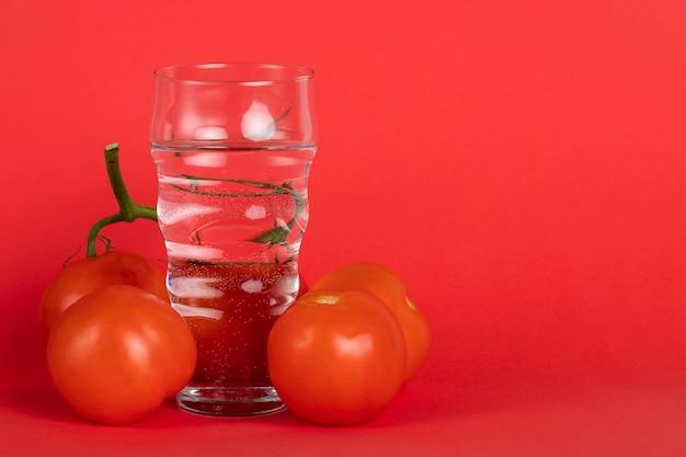 Accordo con pomodori freschi e copia-spazio Foto Gratuite