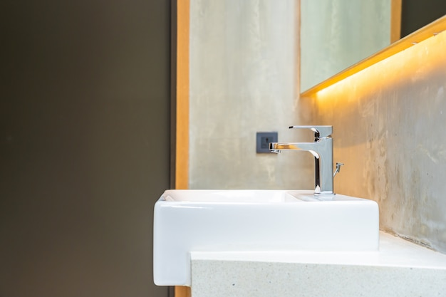 Acqua del rubinetto e interno bianco della decorazione del lavandino Foto Gratuite